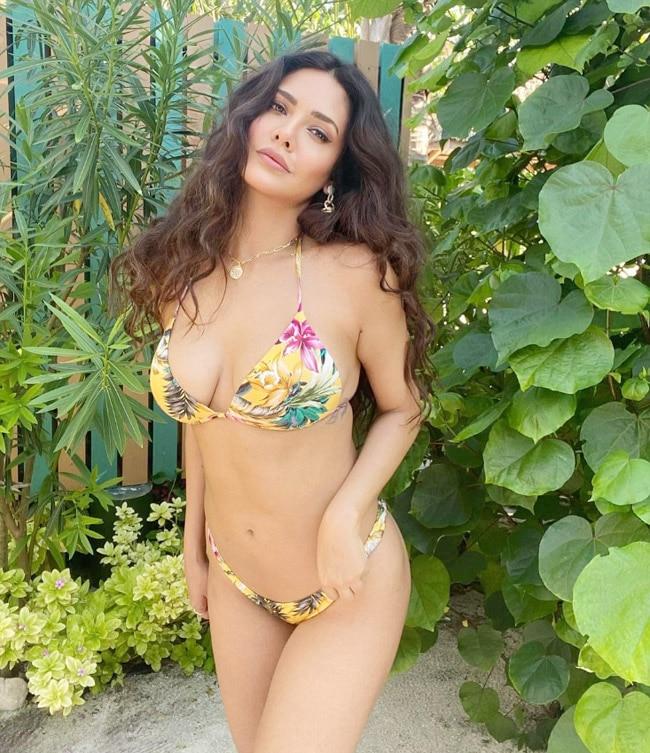 Esha Gupta hot poses 2021