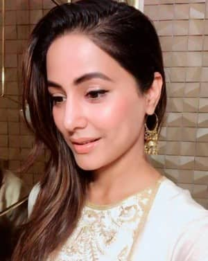 In Pics: Hina Khan Looks Mesmerising as She Pose For a Selfie During Ganesh Chathurti Celebrations