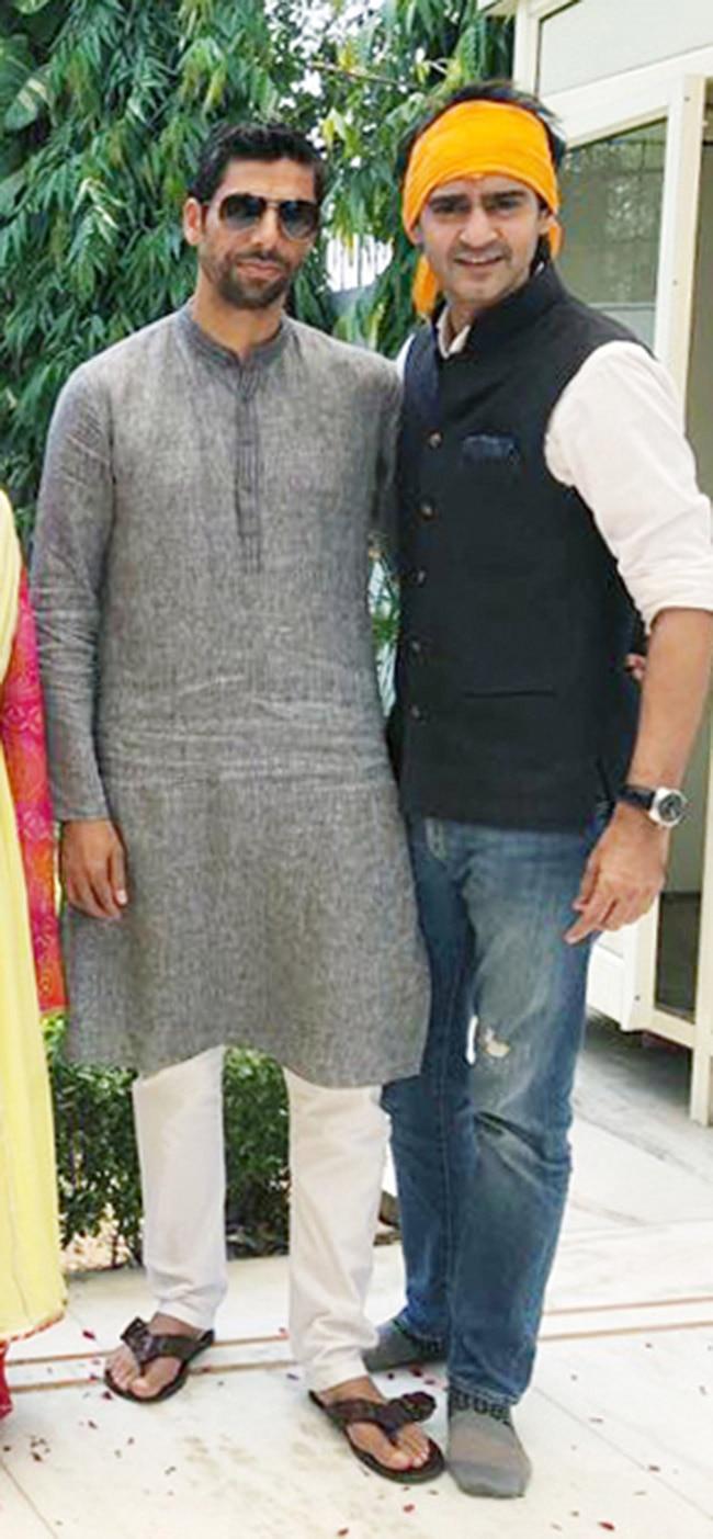 Gaurav Kapoor and Ashish Nehra pose for the camera