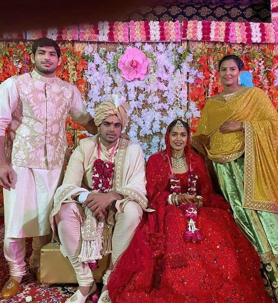 Geeta Phogat and Husband Pawan with the bride and bridegroom