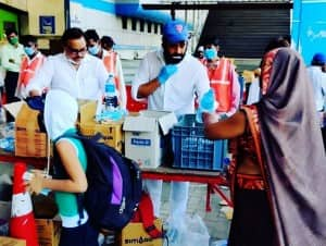 Ravi Kishan Distributes Food, Water to Migrant Workers Leaving For Gorakhpur From Mumbai