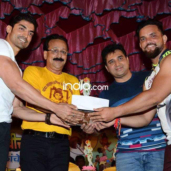 Gurmeet Choudhary and Baba Siddique snapped with a participant at    Dahi Handi    event
