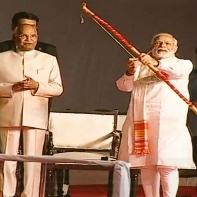 Happy Dussehra 2018  PM Modi Burns Eggify of Ravana at Ramlila Maidan