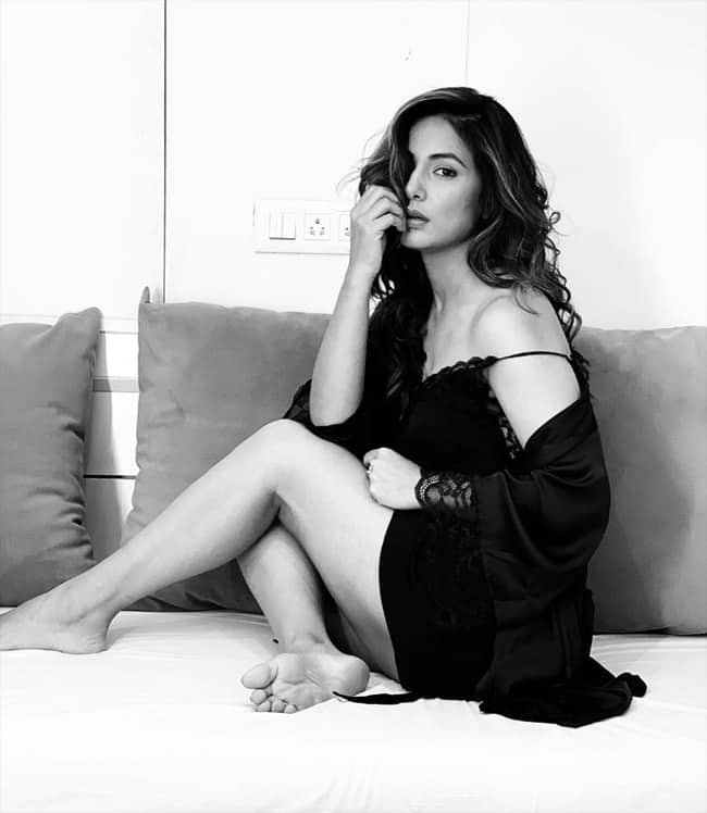 Hina Khan   s Sexy Black Lingerie  Soft Curls And Sultry Expressions Are Breaking The Internet
