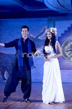 Hrithik Roshan introduces Pooja Hegde in the most romantic way possible at Mohenjo Daro press conference, see pics