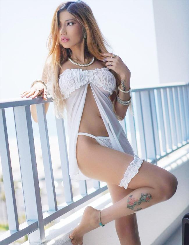 Instagram sensation Sakshi Chopra Hot and Sexy Pictures