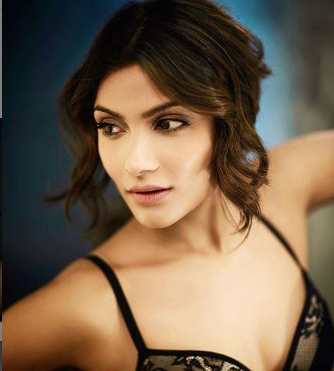 Ishita Raj Sharma s hot avatar in black lingerie