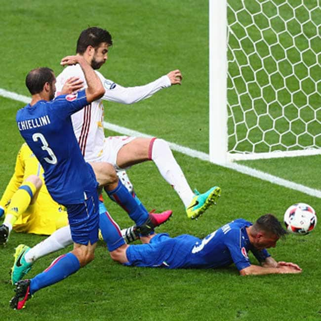 Italy   s Giorgio Chiellini scores the opening goal against Spain in UEFA EURO 2016    Round of 16