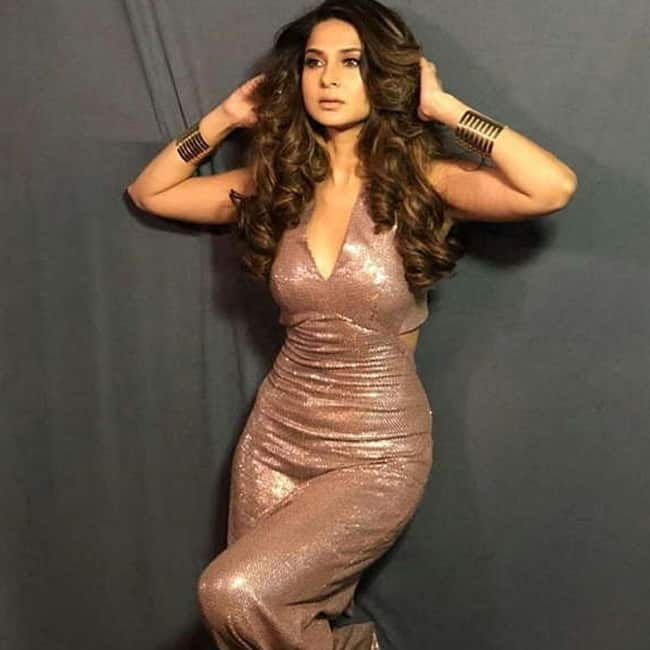 Jennifer Winget flaunting  her hot cleavage in sexy shoot