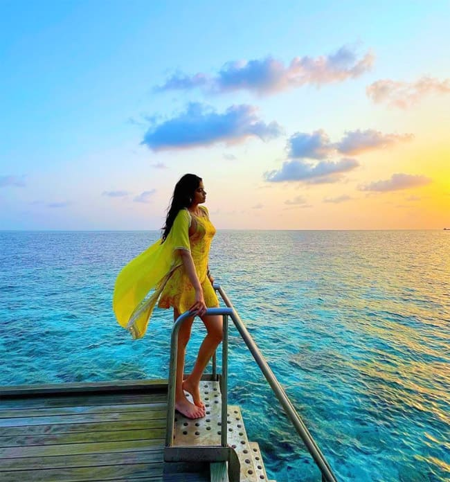 Jhanvi Kapoor enjoys sunset in the island country