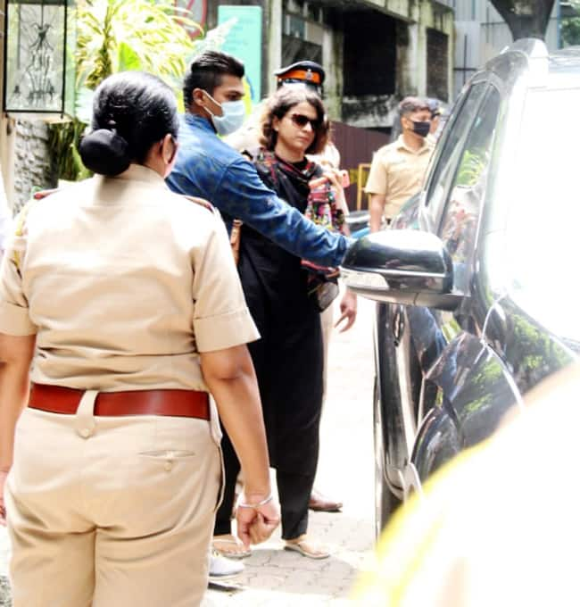 Kangana Ranaut s sister Rangoli Chandel visits the demolished office