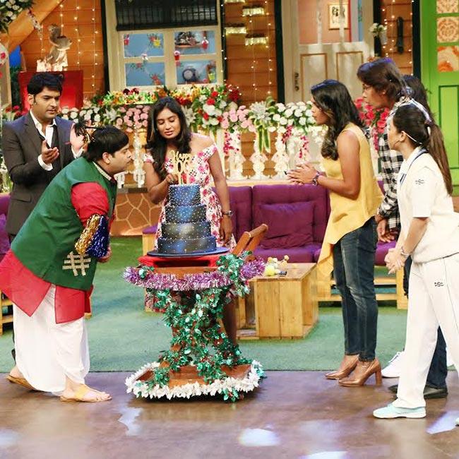 Kapil Sharma and Kiku Sharda cutting cake during The Kapil Sharma Show   s 100th episode