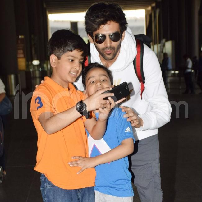 Kartik Aaryan clicks selfie with kids