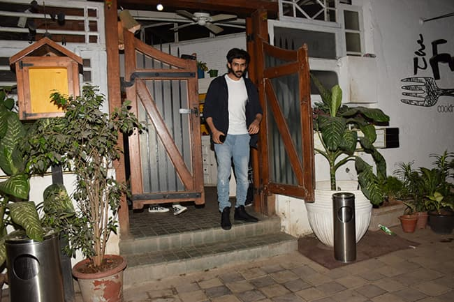 Kartik Aaryan with rumoured girlfriend outside a restaurant in Mumbai