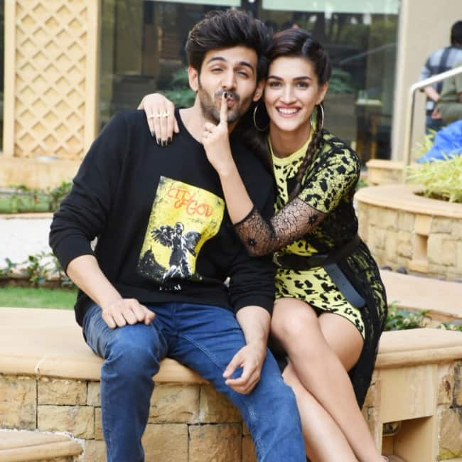 Kartik and Kriti have fun while getting clicked
