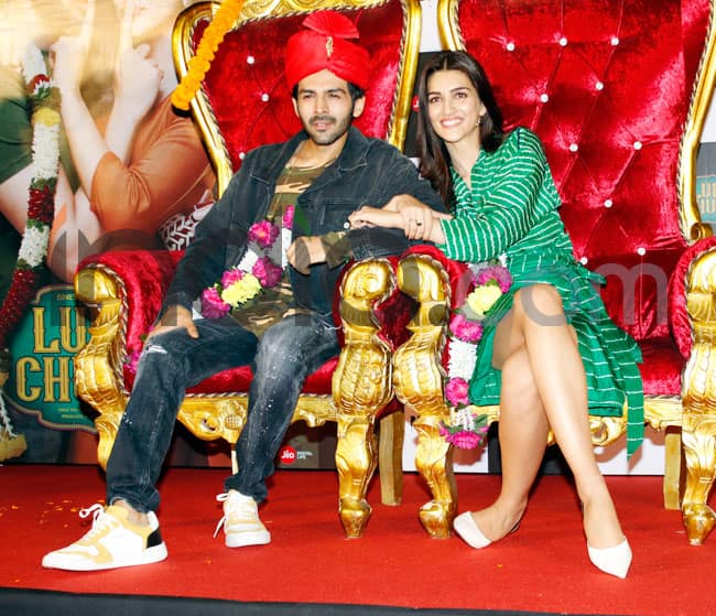 Kriti Sanon And Kartik Aaryan Took The Stage by Storm as They Sit on Wedding Couch