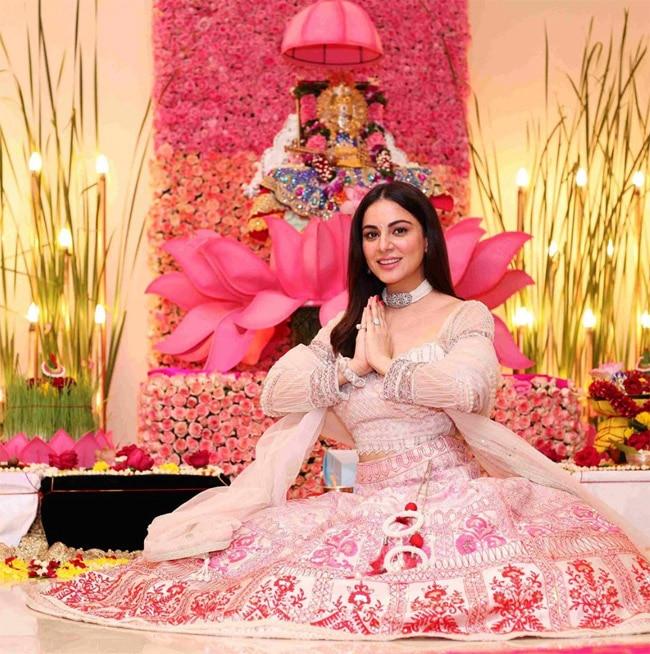 Kundali Bhagya Fame Shraddha Arya Looks Mesmerising in Gorgeous Lehenga