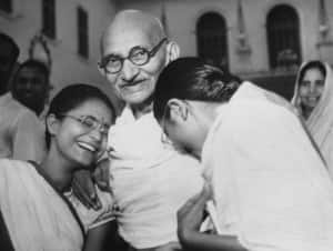 Gandhi Jayanti Special: 11 unseen pictures of Mahatma Gandhi that you shouldn't miss!