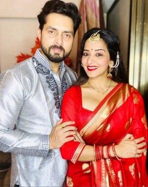 Bhojpuri Actor Monalisa and Husband Vikrant Singh Rajput Dress Up for Virtual Durga Puja, See Photos