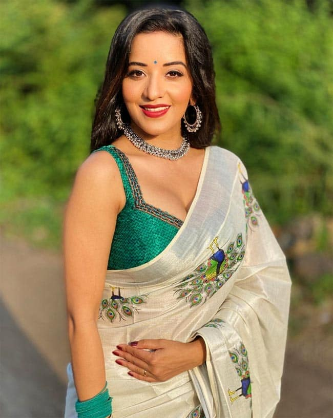 Monalisa rocks her stunning saree with a sleeveless blouse