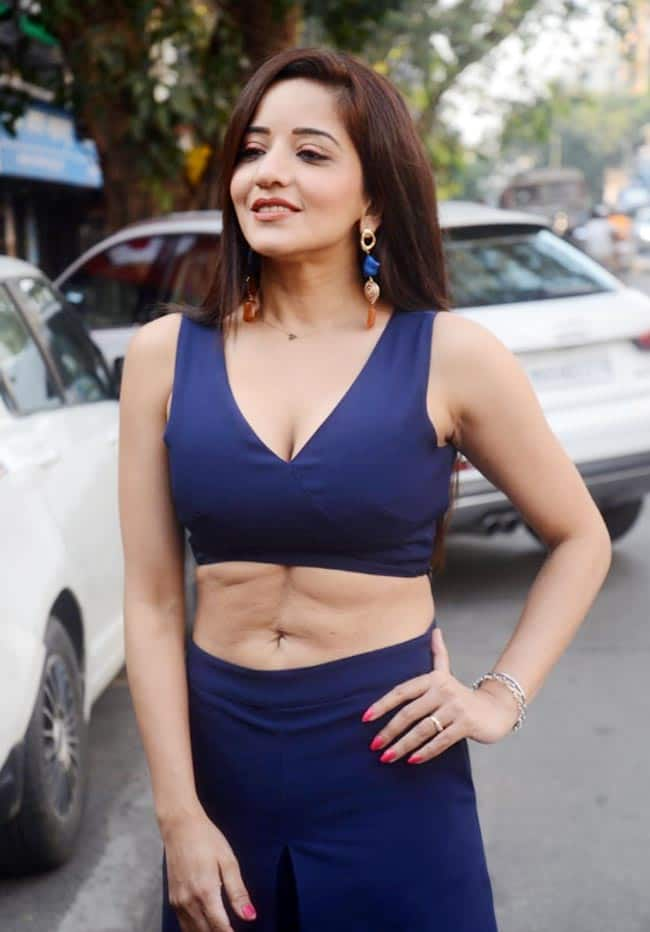 Monalisa was seen nailing blue separates with plunging neckline