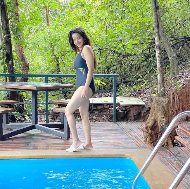 Monalisa s pictures in black monokini at poolside