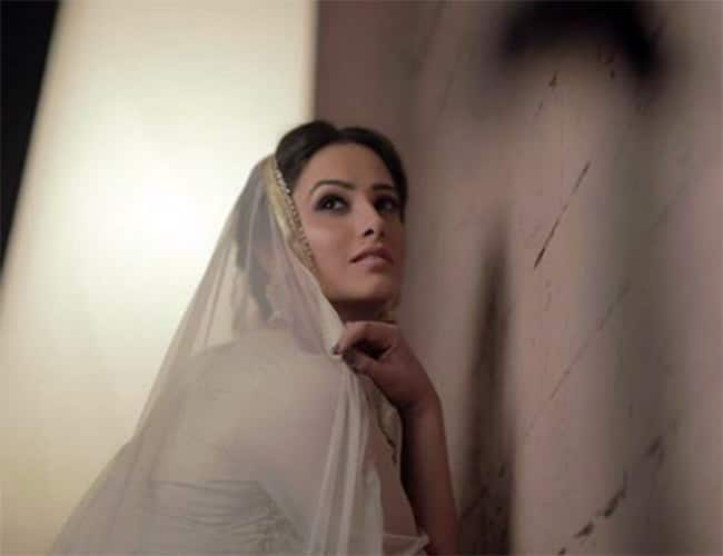 Naagin 3 Fame Anita Hassanandani Looks Jaw dropping in White Ethnic Wear And Statement Jewellery