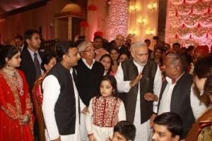 Political rivals Narendra Modi, Rahul Gandhi attend Mulayam Singh Yadav's nephew and Lalu Prasad Yadav's daughter wedding (View Pics)