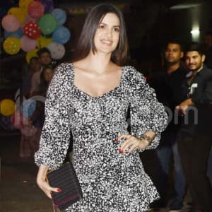 Natasa Stankovic Looks Sexy as She Poses For Cameras Outside a Popular Restaurant in Mumbai - Viral Photos