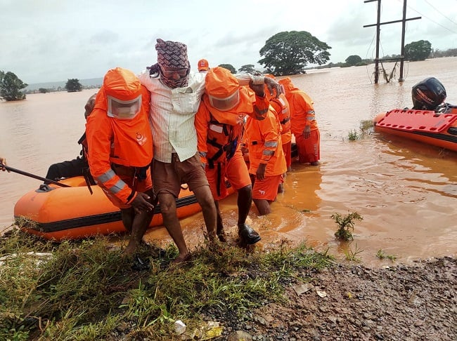 NDRF carries out rescue opearion in flood hit Kohlapur