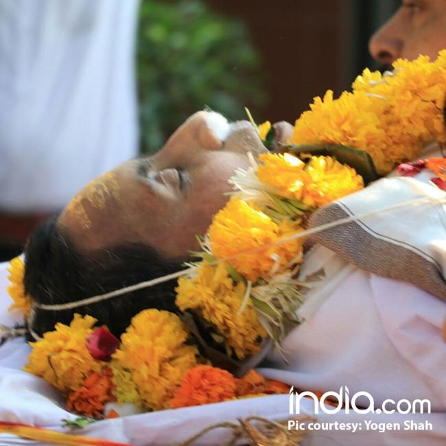 Neeraj Vora   s dead body at Santa Cruz crematorium