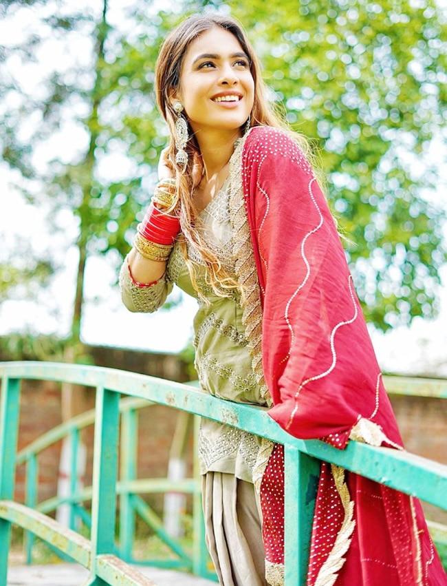 Neha Malik Turns Into    Punjabi Kudi    in Ethnic Wear And Chooda