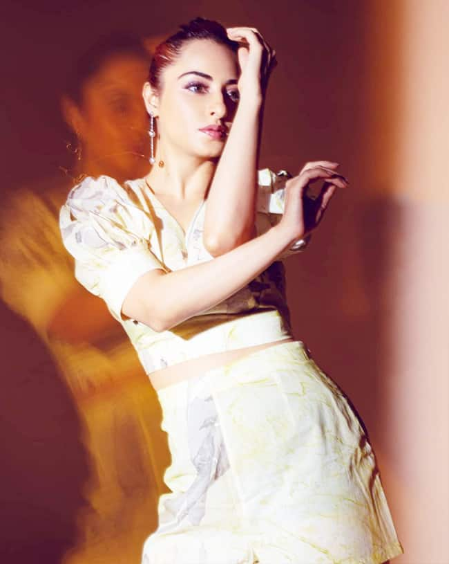 Niyati Fatnani Looks Uber Hot In Little Printed Co-Ord Dress