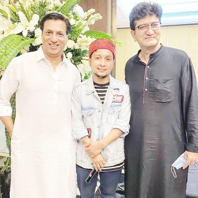 Pawandeep Rajan Arunita Kanjilal Pose With Madhur Bhandarkar Prasoon Joshi