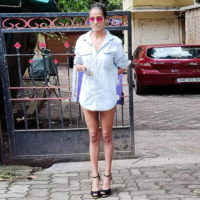Poonam Pandey Turns Heads In Bold Outfit 6c589aa1f