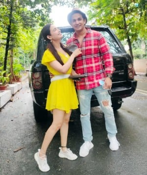Yuvika Chaudhary Looks Pretty in Yellow Dress as She Poses With Husband Prince Narula in New Pictures