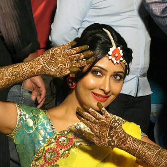 Radhika Pandit posing during her mehendi ceremony