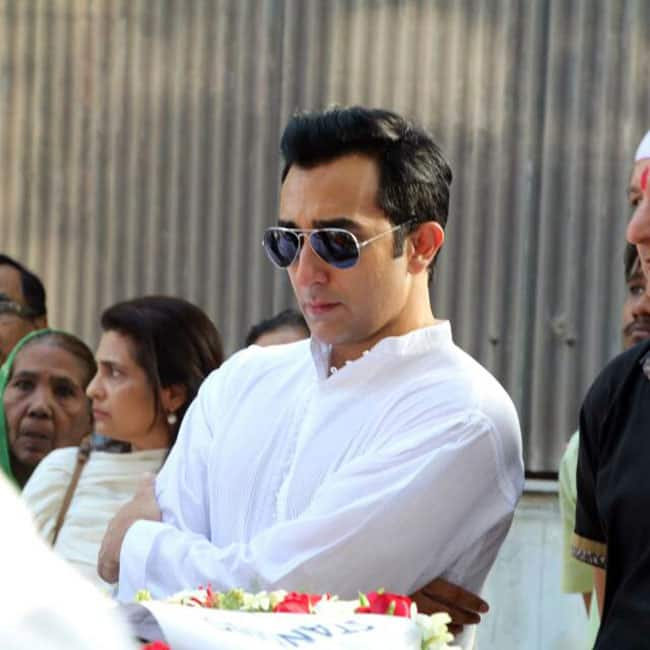 Rahul Khanna standing distressed at father Vinod Khanna   s funeral