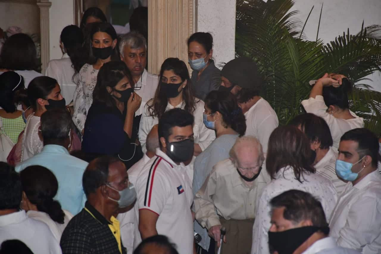 Rajiv Kapoor Funeral  Ranbir Kapoor  Neetu Kapoor  Karisma Kapoor  Kareena Kapoor  Randhir Kapoor  Alia Bhatt  Shah Rukh Khan Attend last rites