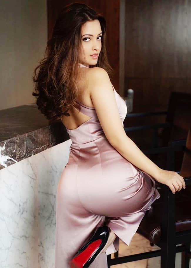 Riya Sen   s hot pictures will kick start your weekend