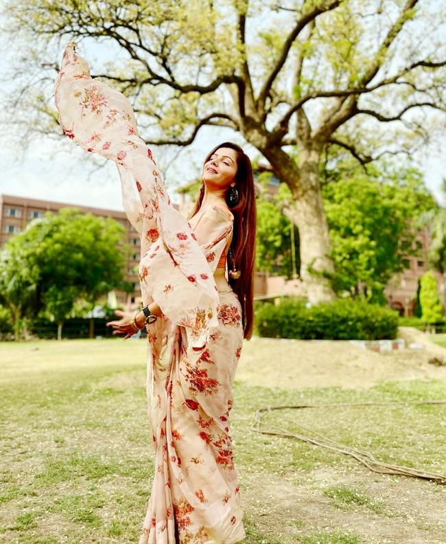 Rubina Dilaik looks all stunning in her peach floral saree