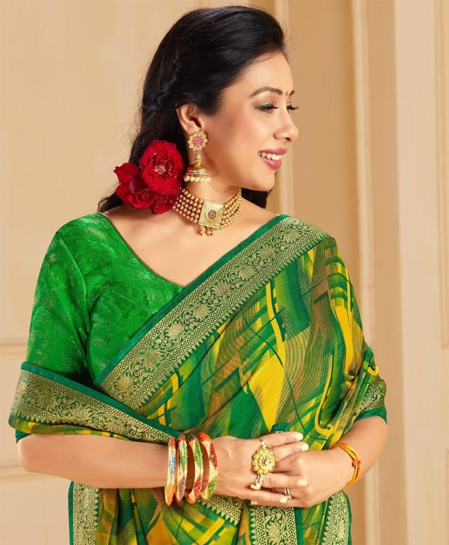 Rupali Ganguly oozes oomph in this pretty green saree  don   t miss red rose