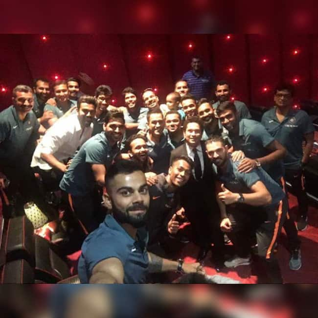 Sachin Tendulkar shares a picture with Indian cricket team