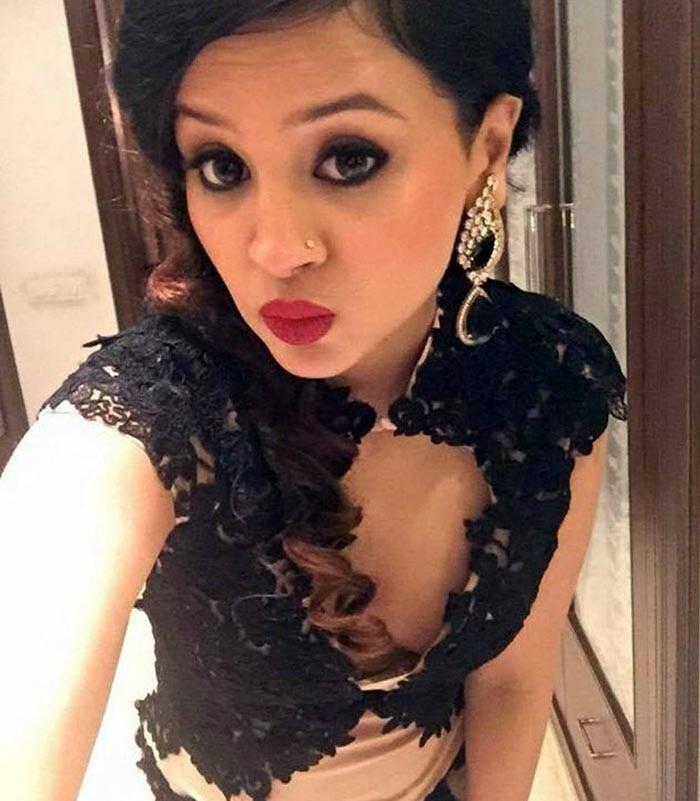 Sakshi Dhoni pouts for a selfie
