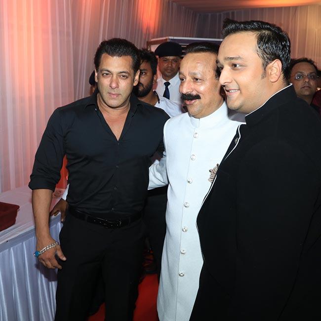 Salman Khan snapped at Baba Siddique   s Iftar party