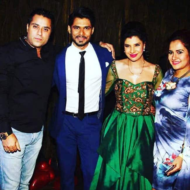 Sambhavna Seth posing for pictures with husband Avinash during reception