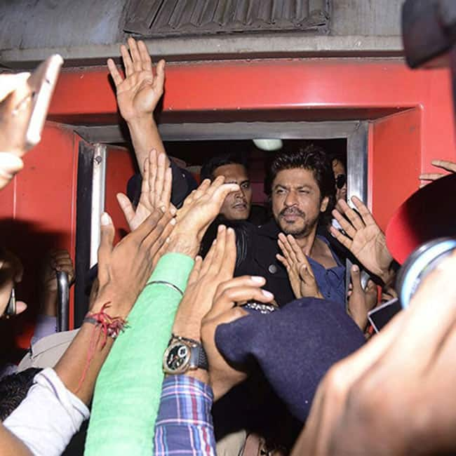 Shah Rukh Khan was riding in train from Vadodra to Delhi for Raees promotions