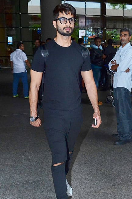 shahid-kapoor-returns-from-madrid-after-iifa-2016-awards-201606-1467020244 Here are top 5 Bollywood celebrity airport outfit which makes it all a jazz. Bollywood