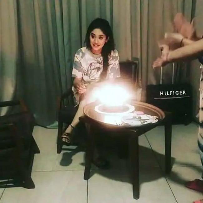 Shivangi Joshi cuts her birthday cake with Yeh Rishta Kya Kehlata Hai family