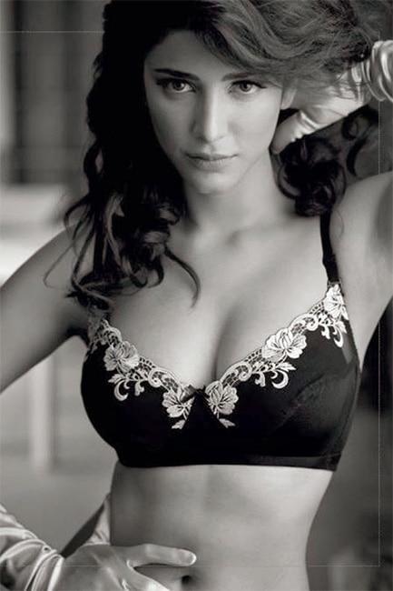 Shruti Haasan posing in black bikini